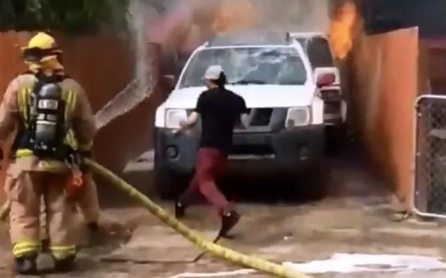 #Video Hombre rescata a su perrita cuando su casa ardía en llamas - Foto de captura de pantalla