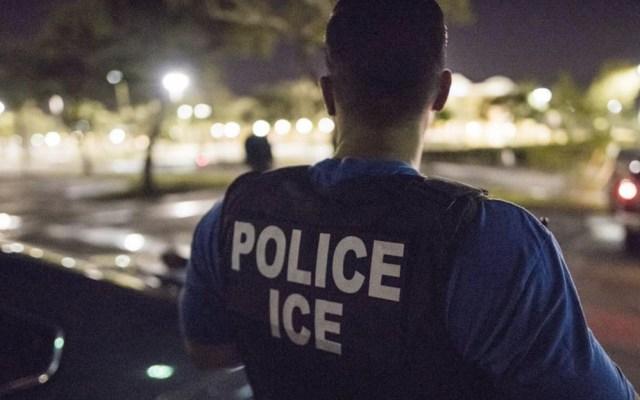 Detienen a 90 estudiantes extranjeros de universidad falsa creada por ICE - Oficial del ICE. Foto de @ICEgov