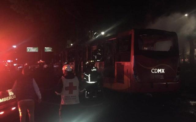 Se incendia Metrobús de la Línea 2 - Foto de @vialhermes