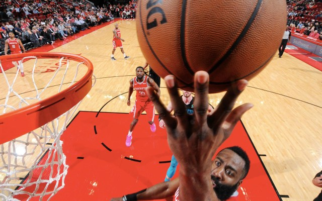Harden afloja pero lleva a los Rockets a la victoria - James Harden de los Houston Rockets dispara la pelota contra los Charlotte Hornets el 11 de marzo de 2019 en el Toyota Center en Houston, Texas. Foto de Bill Baptist/NBAE/Getty Images/AFP