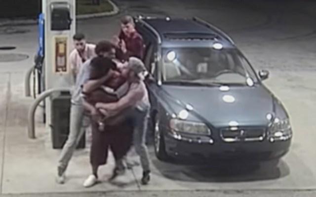 #Video Jóvenes desarman a hombre que intentó asaltarlos - Captura de pantalla