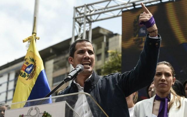 """Guaidó llama a marchar con """"más fuerza que nunca"""" en protesta por apagón - Foto de AFP"""