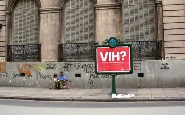 Médicos logran segunda remisión de VIH en paciente - Letrero sobre el VIH en Buenos Aires, Argentina. Foto de @azotesdivinos