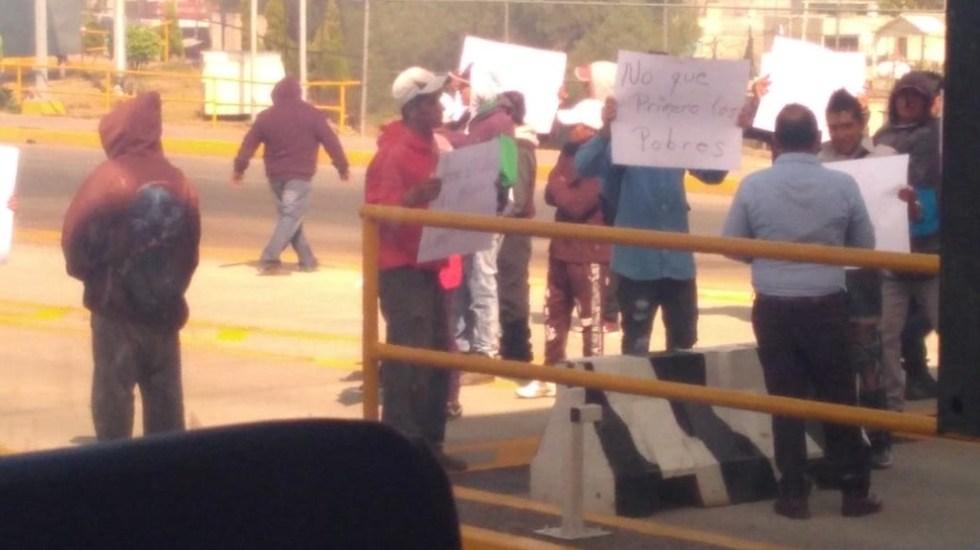 Manifestantes cierran caseta del Circuito Exterior Mexiquense - Manifestantes en la caseta Tultitlán del Circuito Exterior Mexiquense. Foto de @soyunbollofeliz
