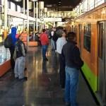 Hay circulación lenta en siete líneas del Metro - Usuarios esperando que convoy avance en estación Pantitlán de la Línea A. Foto de @LuisAlc36724655
