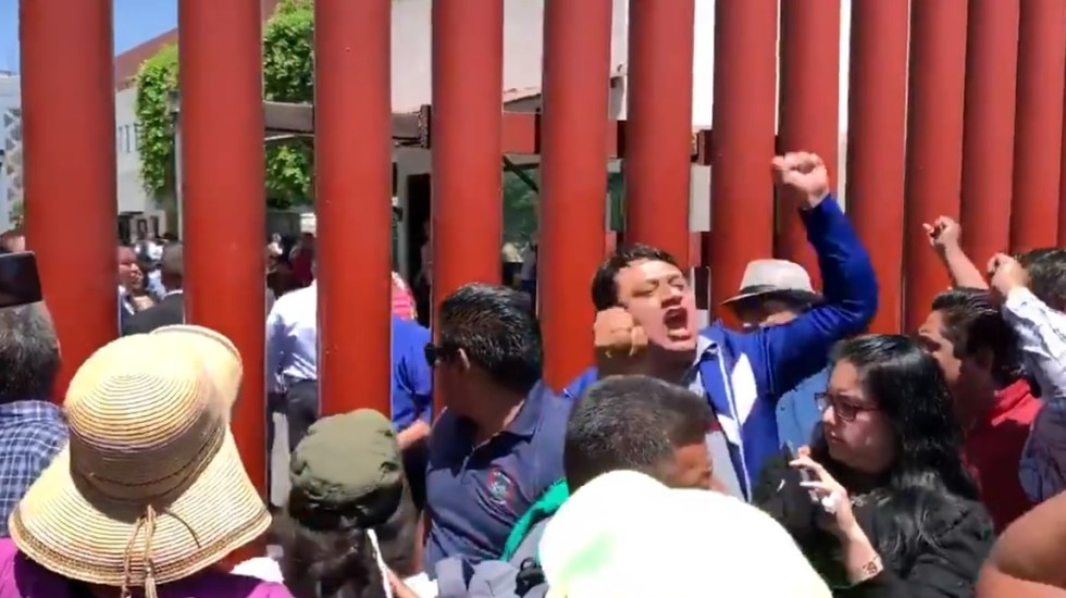 CNTE bloquea San Lázaro en rechazo a dictamen sobre Reforma Educativa - Miembros de la CNTE afuera de San Lázaro. Captura de pantalla