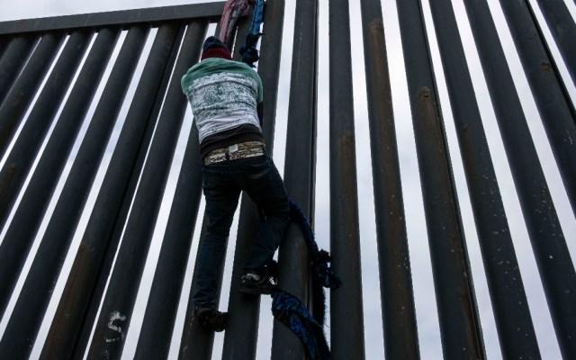 Agentes de EE.UU. lanzan gas a centroamericanos que buscaban cruzar desde México - Migrante intentando cruzar la frontera entre EE.UU. y México. Foto de AFP