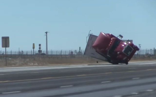 #Video Fuertes vientos voltean tráiler sobre autopista de Texas - Momento en que tráiler vuelca por fuertes vientos. Captura de pantalla