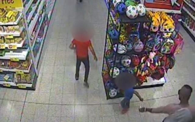#Video Sentencian a seis por rociar ácido a niño de tres años - Momento en que un hombre rocía ácido a un niño. Captura de pantalla