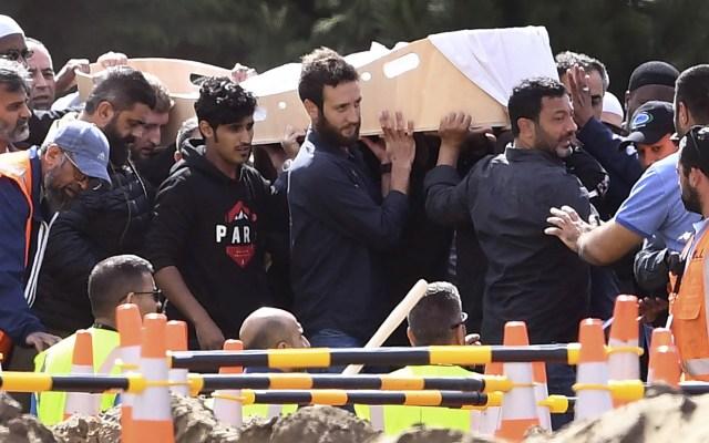 Entierran a dos víctimas de masacre en Nueva Zelanda - Dolientes cargan los ataúdes de dos víctimas de la masacre de las mezquitas gemelas del 15 de marzo durante un funeral en el cementerio Memorial Park en Christchurch el 20 de marzo de 2019. Foto de William West/AFP