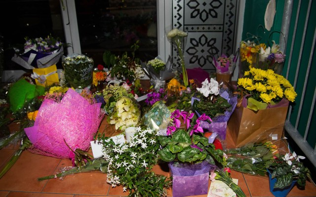 Sobreviviente en silla de ruedas narra tiroteo en Nueva Zelanda - Ofrenda de flores a víctimas del tiroteo en la mezquita Wellington Masjid. Foto de AFP / Marty Melville
