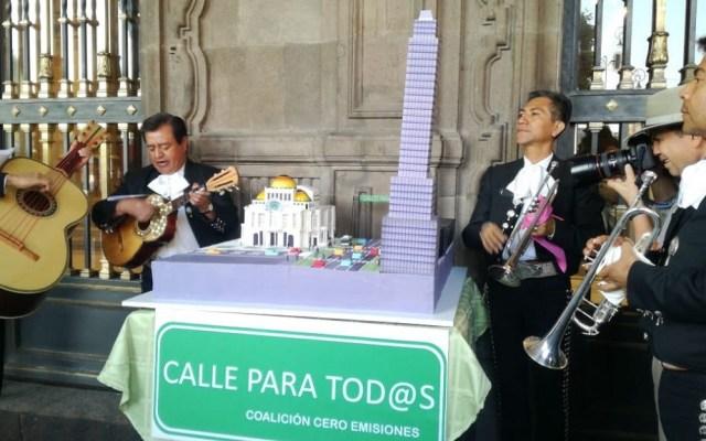 Piden con mariachi y pastel 'carril trolebici' en Eje Central - Pastel de Eje Central. Foto de @Penny__raro