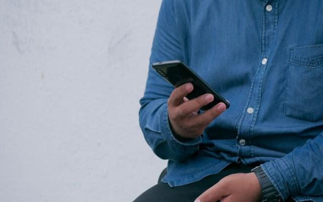 Habilita SEP Centro de Apoyo Pedagógico vía telefónica para regreso a clases - Persona con un teléfono. Foto de @utsmanmedia