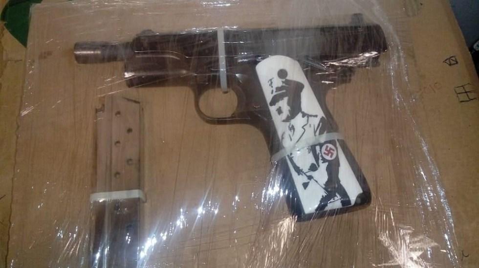 Detienen a hombre con pistola adornada con retrato de Hitler - Pistola con imagen de Hitler. Foto de El Debate