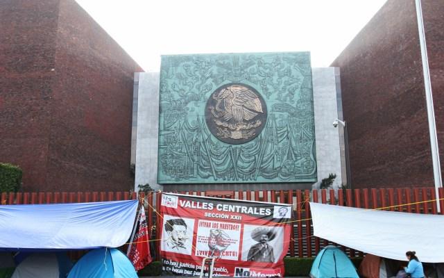 CNTE dialoga con Mario Delgado y Esteban Moctezuma - Plantón de la CNTE el 21 de marzo. Foto de Notimex
