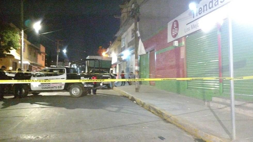 Asesinan a cajera embarazada en asalto a tienda en Ecatepec - Policía afuera de Tiendas 3B de Ecatepec. Foto de @angelito190273