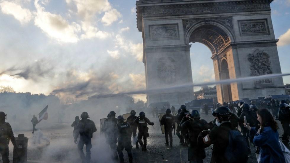 """Incendios y saqueos en París en protesta de """"chalecos amarillos"""" - Foto de AFP"""
