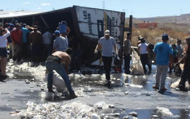 #Video Rapiña a camión de cerveza que volcó en Zacatecas - Foto de NTR Zacatecas