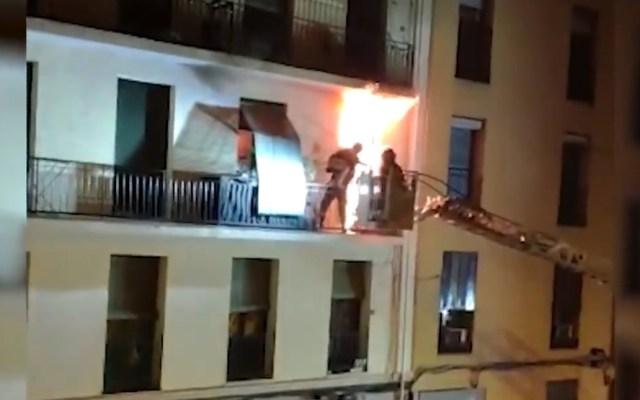 #Video Rescatan a mujer y sus dos perros de edificio en llamas - Rescate de mujer y sus perros de incendio. Captura de pantalla