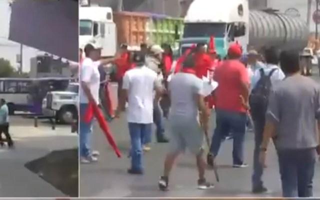 Jóvenes retiran a golpes bloqueo en Iztapalapa - Riña en Iztapalapa. Captura de pantalla