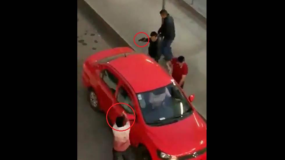 #Video Roban auto a punta de pistola afuera del Suburbano en Tultitlán - Robo de auto a mano armada en Tultitlán. Captura de pantalla