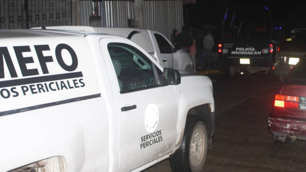 Acribillan a padre e hijo durante baile en Michoacán - Semefo y Policía afuera de inmueble donde ocurrió ataque a baile. Foto de Quadratín