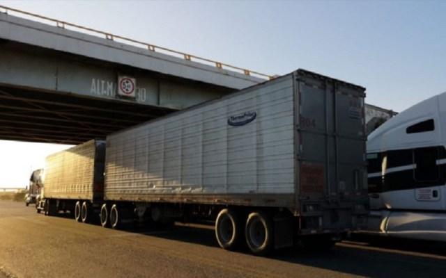 Tráileres quedan varados en carreteras de La Ventosa por fuertes vientos - Tráileres debajo de puente en La Ventosa. Foto de Quadratín