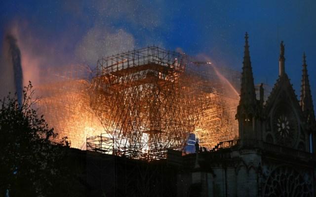 La estructura de la catedral de Notre-Dame está a salvo: bomberos - Foto de STEPHANE DE SAKUTIN / AFP