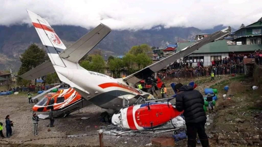 Mueren tres personas al chocar avión contra helicópteros en el Everest - accidente avión nepal everest