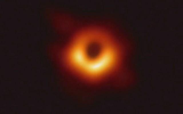 Agujero negro de laboratorio confirma teoría de Stephen Hawking - La primera foto del Agujero Negro, presentada por Shep Doeleman, director de Event Horizon Telescope Project.