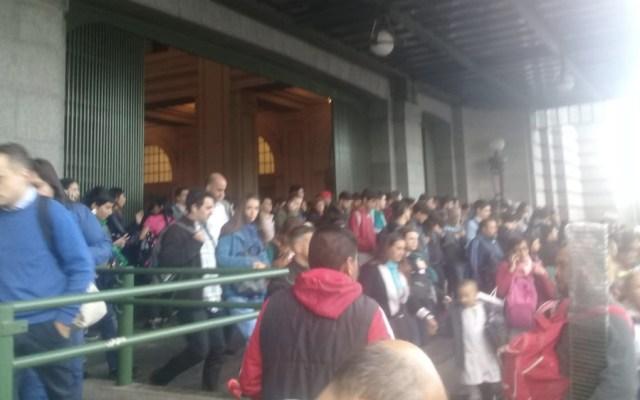Desalojan estación de trenes en Buenos Aires por amenaza de bomba - Foto de @EmilieVP