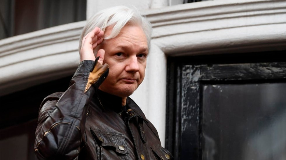 EE.UU. acusa a Assange de piratería informática. Enfrenta hasta cinco años de cárcel - Foto de AFP