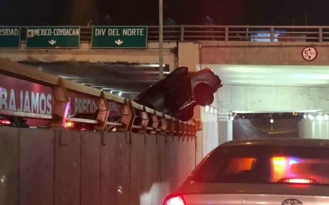 Automóvil choca contra muro y cuelga de puente en Río Churubusco - automóvil puente río churubusco