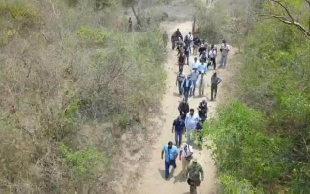 Hallan 36 fosas clandestinas en un solo predio en Veracruz - Autoridades ingresando al terreno donde yacen las fosas. Foto de @FGE_Veracruz