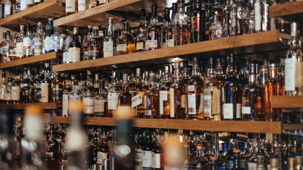 Firman convenio para combatir ilegalidad en bebidas alcohólicas - Foto de Adam Wilson para Unsplash
