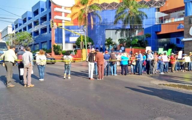 Jubilados de Cobaem bloquean la avenida Plan de Ayala en Cuernavaca - jubilados cobaem bloqueos cuernavaca