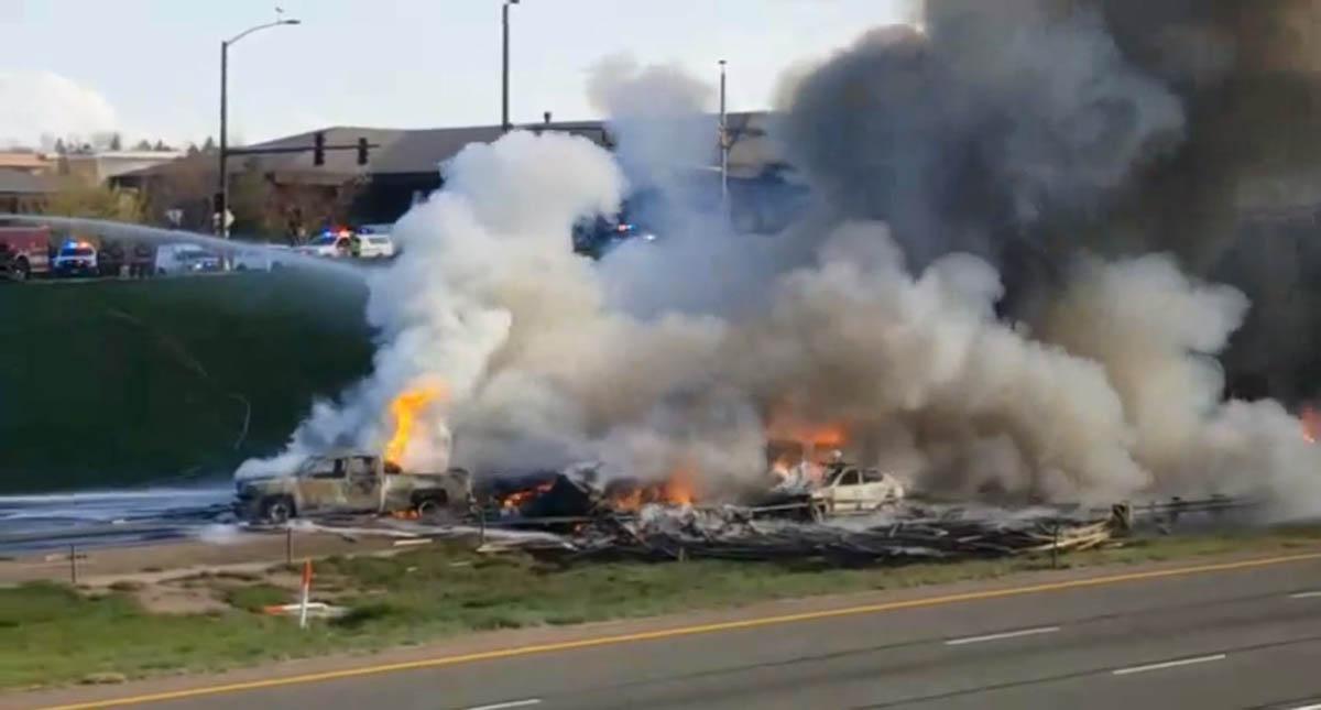 Bomberos extinguiendo las llamas. Captura de pantalla