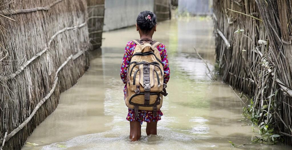 Cambio Climático, la gran amenaza para la Tierra - Una niña camina a su escuela en el agua tras graves inundaciones ocurridas en Bangladesh en agosto de 2016. Foto de UNICEF/Akash.