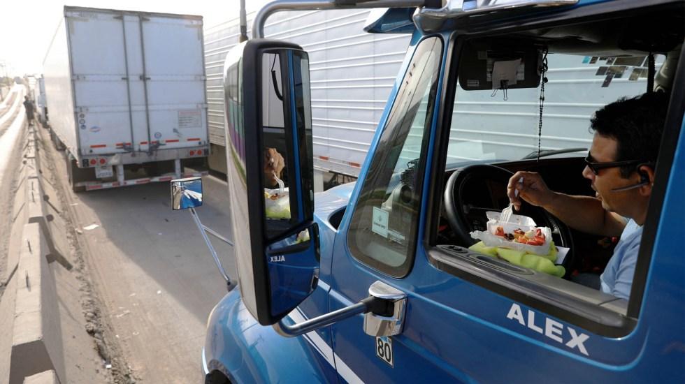 Retrasos en frontera dejan pérdidas de 800 mdd diarios: Concamin - Camiones esperando cruzar la frontera con Estados Unidos en Tijuana. Foto de Notimex