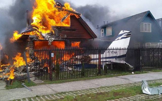 #Video Caída de avión pequeño en Chile deja seis muertos - Casa en llamas tras caída de avioneta. Foto de Daniel Flores
