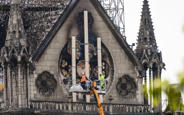Chile ofrece madera y cobre para reconstrucción de Notre-Dame - Trabajadores intervienen en el lado norte de la catedral de Notre-Dame en París el 18 de abril de 2019, tres días después de que un incendio devastó el punto de referencia en el centro de la capital francesa. Foto de BERTRAND GUAY/AFP