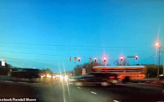 #Video Tráiler choca con automóvil y autobús escolar en Maryland - choque autobús tráiler automóvil