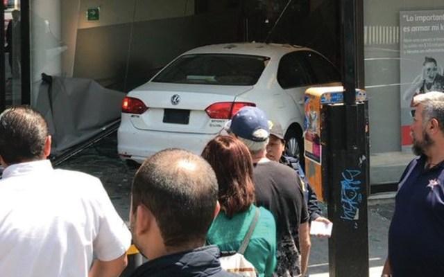 Auto se estrella contra banco en GAM - Foto de @amt_ambulancias