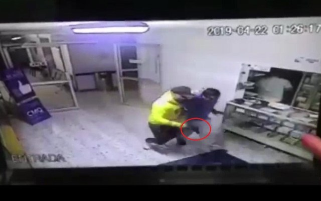 #Video Roban con lujo de violencia en hospital de León - Delincuente amagando a empleado de hospital. Captura de pantalla