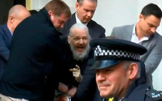 Detienen a Julian Assange en embajada de Ecuador en Londres - Assange
