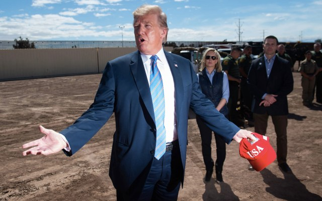 Despliega Trump a más agentes en la frontera con México - El presidente Donald Trump recorre el muro fronterizo entre los Estados Unidos y México en Calexico, California, el 5 de abril de 2019. Foto de Saul Loeb/AFP