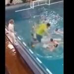 #Video Entrenador de waterpolo salta a alberca para pelear con jugador - Captura de pantalla