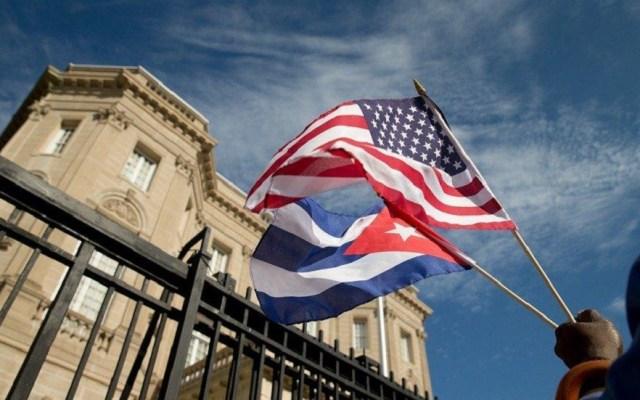 EE.UU. anuncia limitaciones a viajes y remesas a Cuba - Banderas de Estados Unidos y Cuba. Foto de El Nuevo Diario