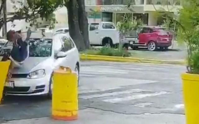 #Video Revelan momento del feminicidio en Casa Jalisco - Momento en que hombre atropella a su esposa afuera de Casa Jalisco. Captura de pantalla
