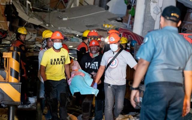 Rescatistas laboran tras terremoto en Filipinas - Los rescatistas llevan a la víctima del supermercado Chuzon colapsado en Porac, Pampanga, después de que un poderoso terremoto azotara el norte de Filipinas. Foto de Noel CELIS / AFP.